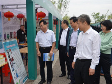 Dong Xiaoyu, mayor of Xingtai City (first from the right), v